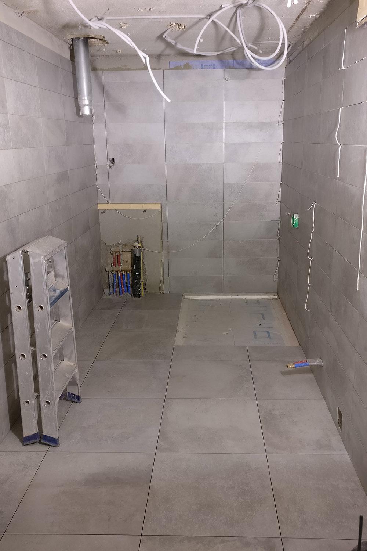 Uitbraak badkamer, maken inloopdouche, plaatsen faiencen en plafond ...