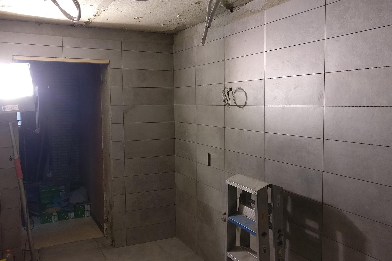 Uitbraak badkamer maken inloopdouche plaatsen faiencen en